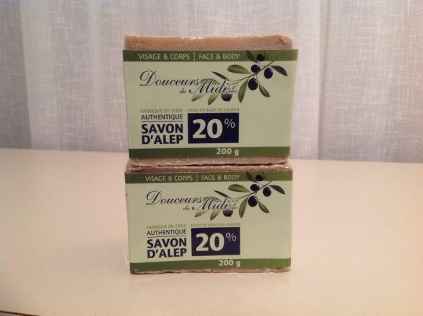 Fabriqué à partir d'huiles 100% végétales, sans solvant et sans colorant, le savon noir à l'huile d'olive de Marius Fabre est fabriqué depuis plus de 110 ans à Salon-de-Provence en France, selon la tradition marseillaise. Le savon noir est une solution