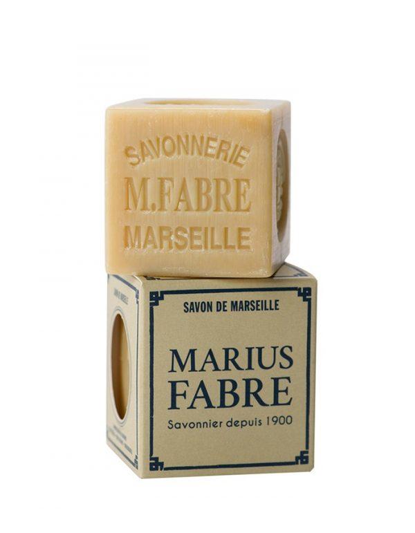 L'authentique savon de Marseille est un produit 100% naturel fabriqué exclusivement à partir d'huiles végétales d'olive, de coprah et de palme, sans aucun colorant ni adjuvant de synthèse. Il doit contenir impérativement 72% d'huile, mention que l'on retr